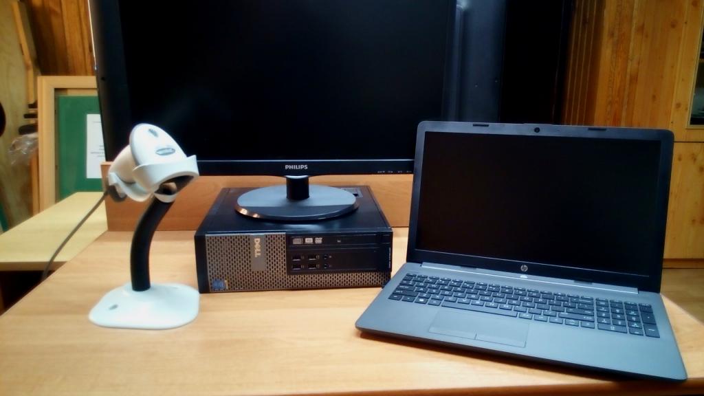 Sprzęt komputerowy ustawiony na biurku